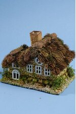 """9.5"""" X 7"""" NATURAL HOUSE W/THISTLE ROOF GREEN/BROWN"""